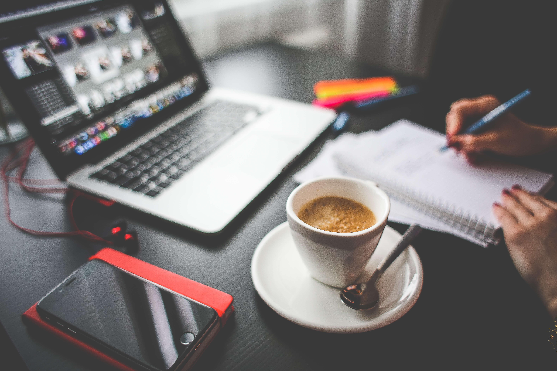 Weboldal készítés kávé mellett